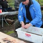 Hans Jørgen sløyet fisken før den ble grillet.