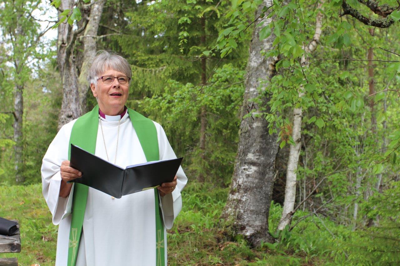Biskop Solveig Fiske holdt pilegrimsgudstjenesten på Rambølshaugen.