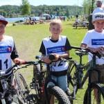 De unge syklistene Andreas Gundahl (t.v.), Audun Rapp og Odin Grønnerud kom først i mål etter å ha kommet seg rundt Harstadsjøen. Foto: Hans Dyblie