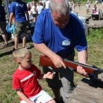 Morfar Vidar gjør klar luftgeværet til Sverre. Foto: Hans Dyblie