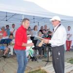Prisen for Årets vestmarking overrekkes Hans Dyblie av leder i Vestmarka grendelag, Ragnar Dæhli. Foto: Astri Kløvstad