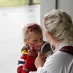 Ansiktsmaling er et populært tilbud til ungene.