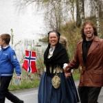 Montessorilærer Monika og ektemann Pat i fint driv i 17.mai-toget