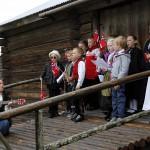 Småskolen ved Eidskog Montessoriskole under ledelse av Monika Nilsen Walter synger på Bygdetunet Almenninga