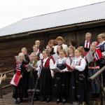 Solveig Hem Sørli fungerte som dirigent for hornorkesteret og to sangkor samtidig. Her Eidskog Montessoriskoles sangkor og Vestmarka Sangkor.