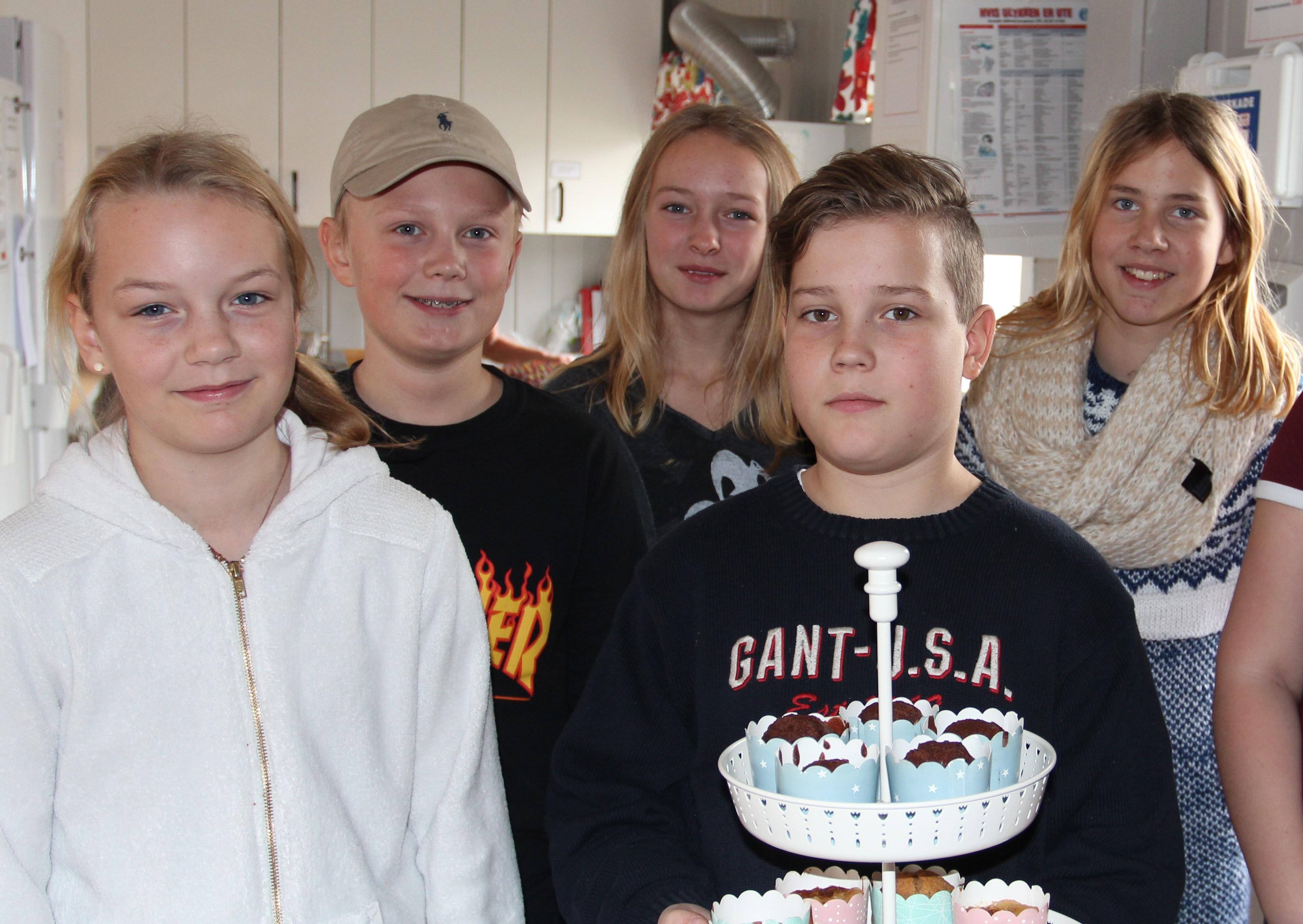 Syvende klassetrinn ga hele café omsetningen etter Åpen dag til Unicef. Fra venstre Marthe Sørli, Andreas Gundahl, Yrja Walter, Max Stensen Schulze og Caroline Karlsen.