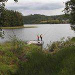 Jeger og Fisk lånte ut stenger til alle som ville prøve fiskelykken. Foto Astri Kløvstad